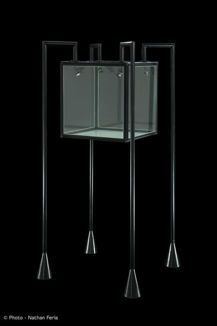 packshot vitrine araignée musée fond noir